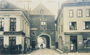 """Häuser am Marktplatz und Krantor in Rees links: Restaurant """"Sommer"""", heute Rheinhotel """"Dresen"""" rechts: Bäckerei und Kolonialwarenhandlung """"Peter Köpp"""" etwa 1910"""