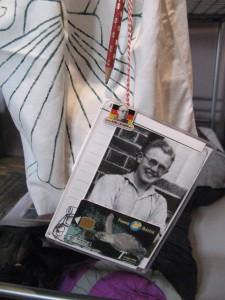 """""""Utensilien"""" verschiedener Pilgerunternehmungen: Sticker vom Weltjugendtag in Madrid (August 2010), Foto von Karl Leisner auf der Flandernfahrt (August 1935) und eine Anfang der 1990er Jahre noch unentbehrliche Telefonkarte"""