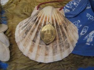 Eine solche Muschel, geschmückt mit der Medaille der Xantener Großen Viktortracht 1991, trugen die angehenden Abiturienten, die Karl Leisner nach dessen Seligsprechung während ihrer Studienfahrt Ende September 1996 auf dem Pilgerweg in Galicien und in Santiago de Compostela bekannt gemacht haben.