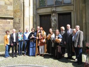 Erinnerungsfoto u. a. mit den Hauptverantwortlichen für das vollendete Projekt vor der Propsteikirche St. Clemens