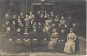 Klasse des Katholischen Lehrerinnenseminars und Präparandinnenanstalt in Xanten vor dem Südportal des Xantener Domes