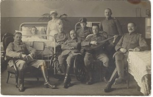 E. Volkmann, Colmar i. E. [im Elsaß], Kopfhausstraße 6. Vater Wilhelm Leisner sitzt direkt neben der Krankenschwester