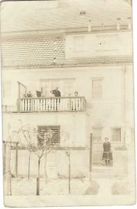 vermutlich Familie Albert Zahn vor ihrem Haus in München