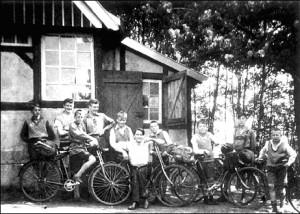 Zur Abfahrt und Heimreise bereit!v. l.: 2. Hermann Mies, 4. Karl Leisner, 7. Heinz Ebben, 10. Franz Ebben