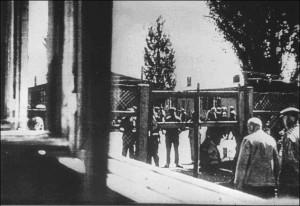 Blick vom Kapellenfenster auf die Blockstraße und die Absperrung zur Lagerstraße