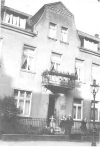 das Haus 1930v. l.: Elisabeth, Maria, Vater u. Paula Leisner