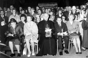 1. Reihe v. l. Mutter Amalia und Paula Leisner, Bischof Heinrich Tenhumberg, Willi und Maria Leisner; 2. Reihe r. hinter dem Bischof Wilhelm und Elisabeth Haas