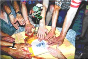 Hände der Bewohner mit einem Bild von Karl Leisner
