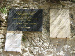 Gedenktafeln auf dem Weg zur Quelle