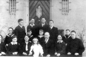 Familie Joseph Ruby vor ihrem Haus in Freiburg/Br., Neumattenstaße 18